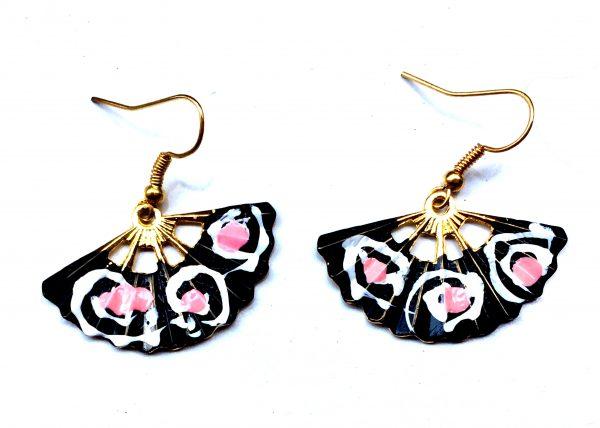 Pendiente de Abanico. negro con espirales rosas. Modelo Aire39