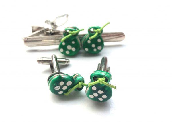 Verde Pack. Pisacorbata y gemelos con astañuelas verdes con lunares blancos
